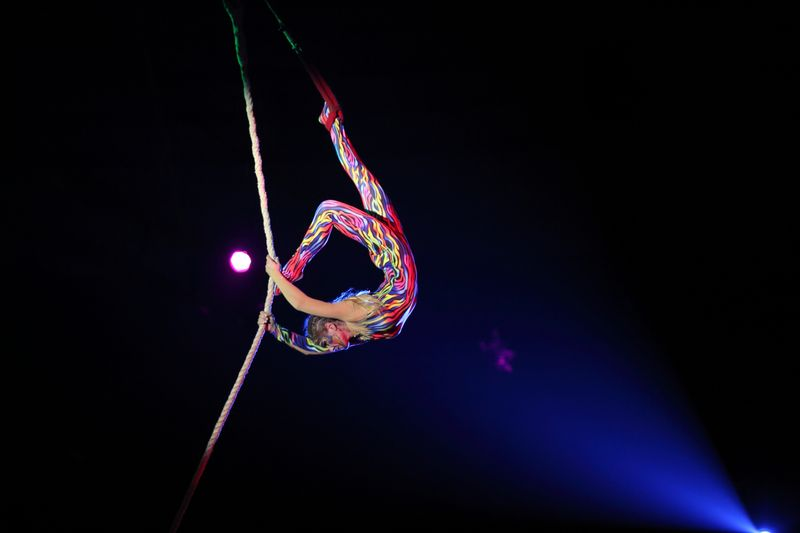 Акробат под куполом цирка, программа «Амазонки»