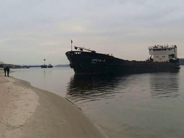 Баржа, которая села на мель на Центральном пляже, везла металл в Грецию