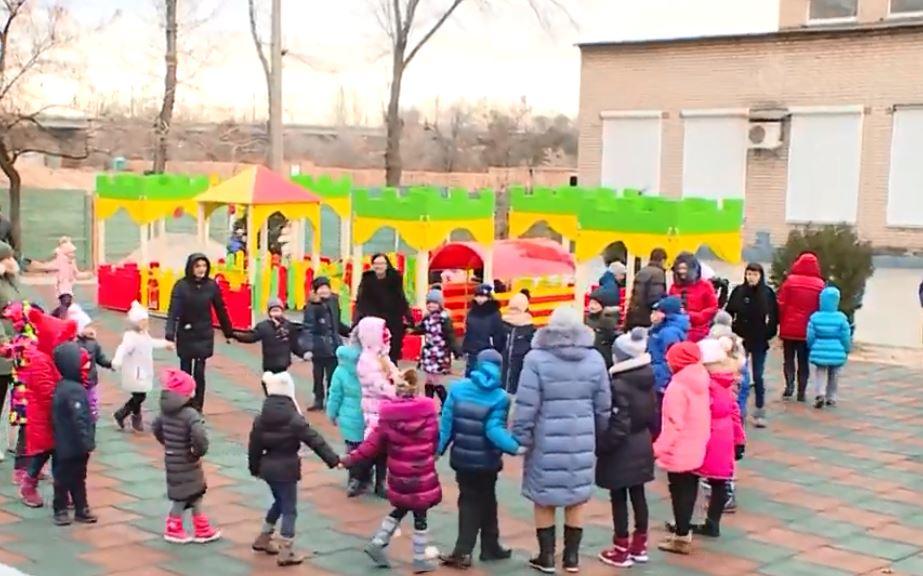 Безпечні ігри: на території Хортицької реабілітаційної академії збудували майданчик, адаптований для ігор дітей з особливими потребами