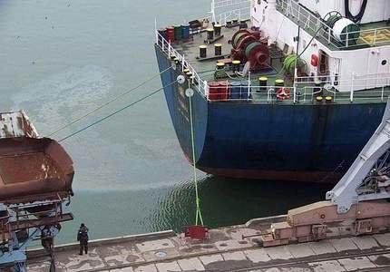 В Бердянском порту заметили радужное маслянистое пятно, - ФОТО
