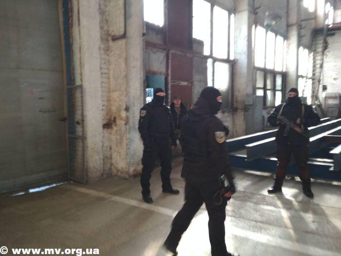 В Запорожской области вооруженные люди в масках заблокировали работу завода (ФОТО)