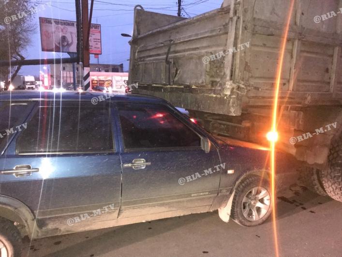 В Запорожской области легковушка заехала под грузовик (Фото)