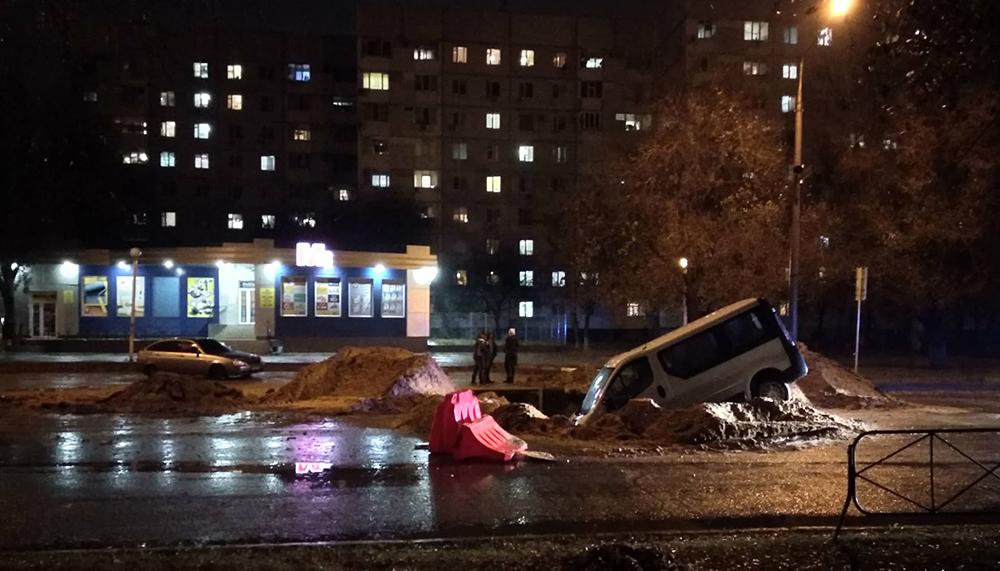 В Запорожской области микроавтобус слетел в вырытую коммунальщиками яму (Фото)