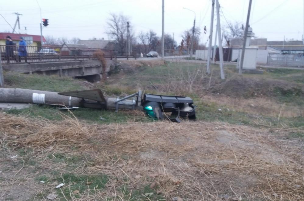 В Запорожской области поваленный светофор продолжает работать даже лежа (Фото)