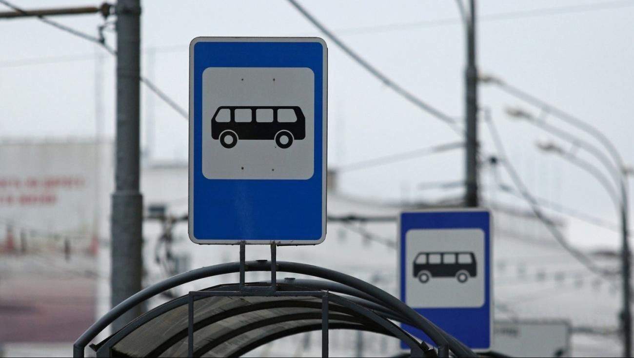 В Запорожье автобусную остановку установили посреди тротуара, оградив сигнальной лентой (Фото)
