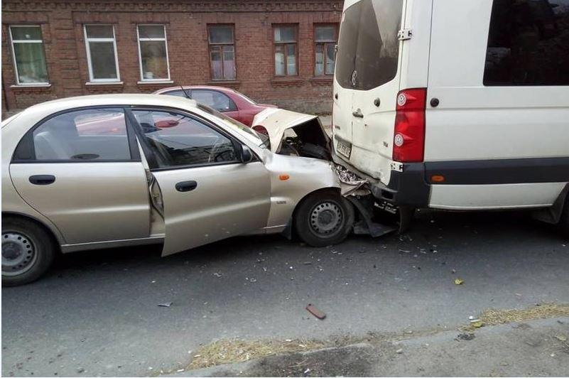 В Запорожье в микроавтобус врезалась легковушка