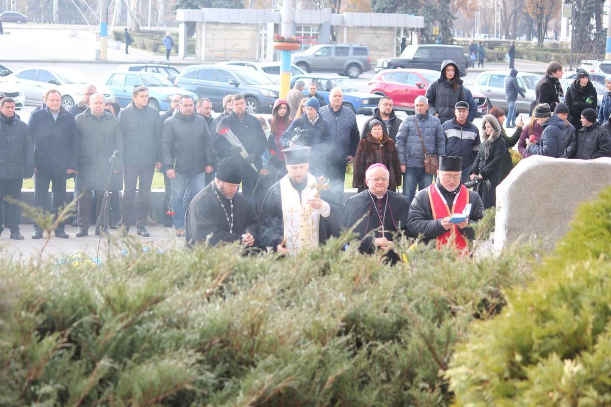В Запорожье возложили цветы на площади Героев