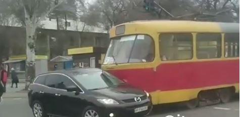 В Запорожье второй день подряд трамвай таранит авто (Видео)