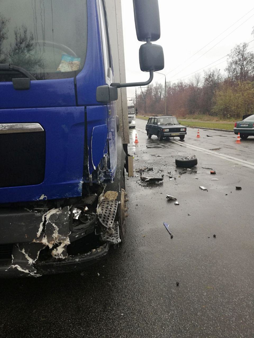 В Запорожье грузовик АТБ попал в аварию на Хортице