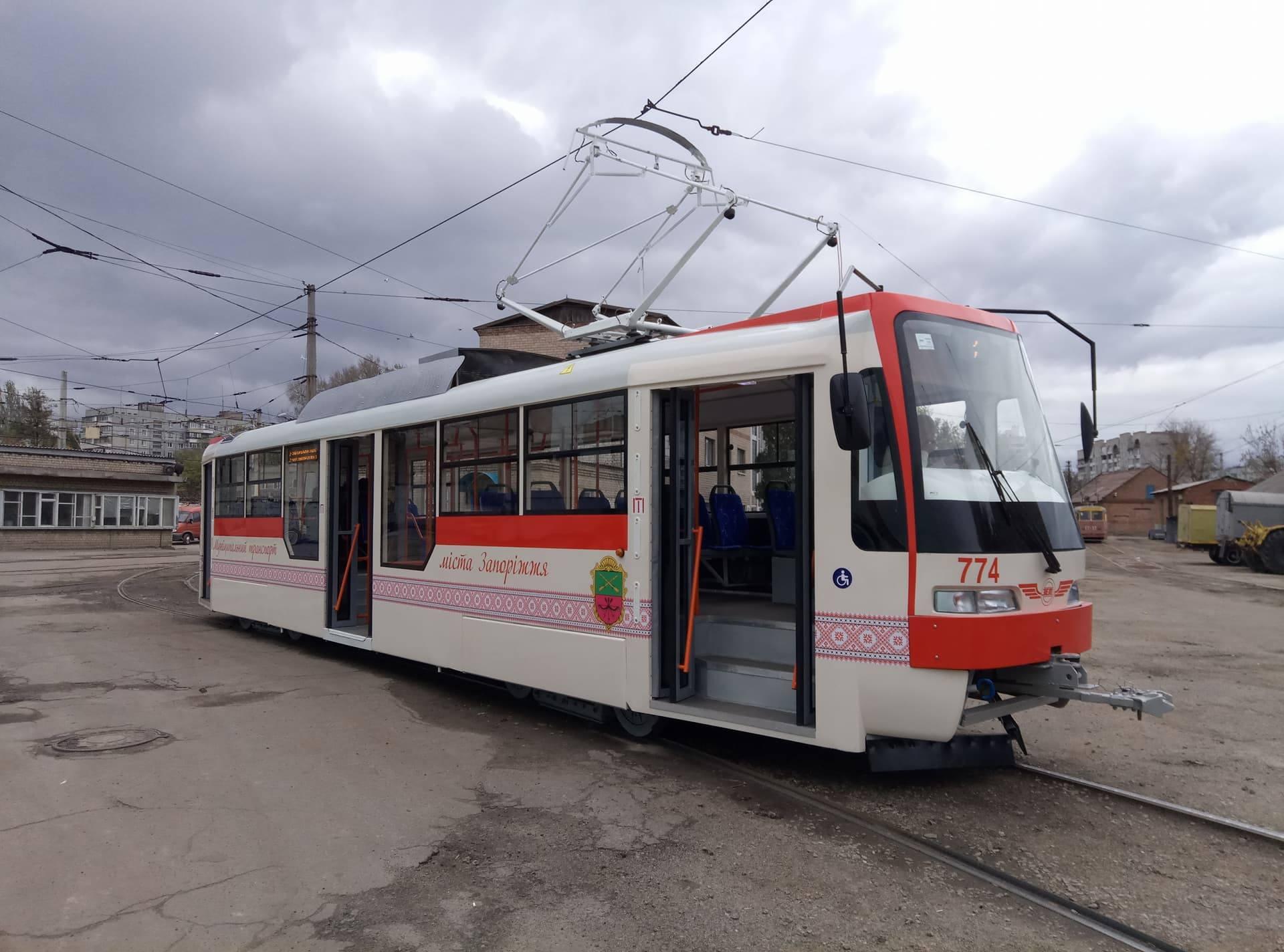 В Запорожье запечатлели трамвай с незакрывающимися дверями (Фото)