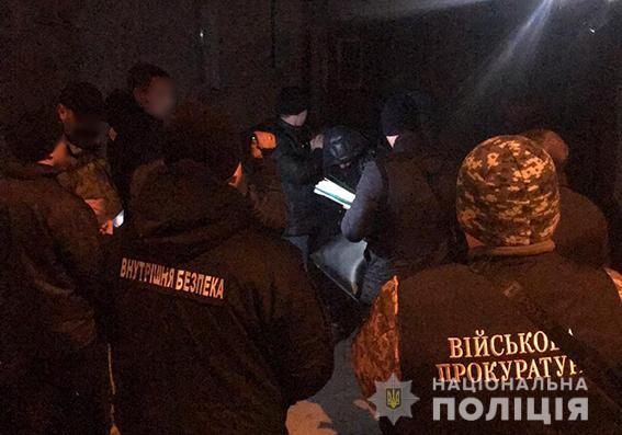 В Запорожье капитан полиции требовал $300 от солдата