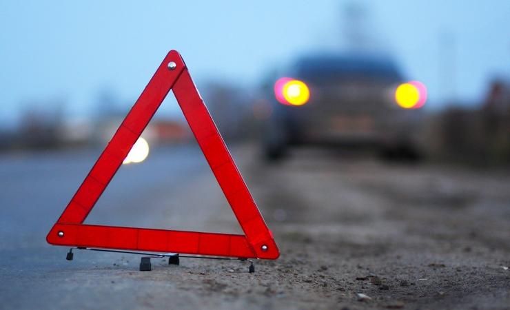 В Запорожье машину занесло на обочину: пострадала женщина