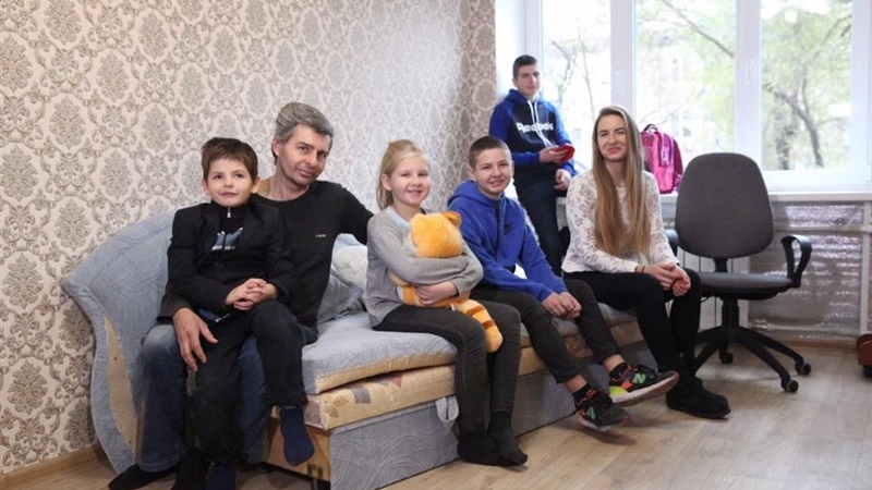 В Запорожье многодетная семья получила жильё и празднует новоселье