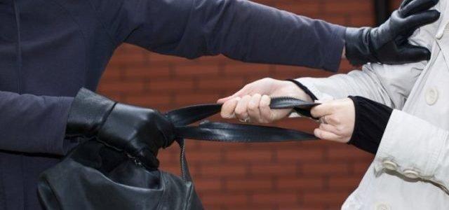 В Запорожье мужчина ограбил троих людей подряд: его догнали и задержали