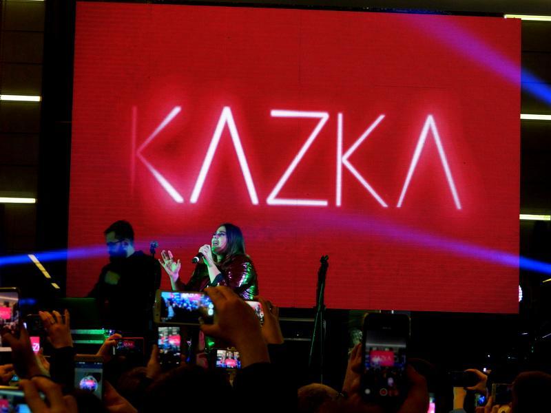 В Запорожье на юбилее одного из торговых центров, выступила модная украинская группа