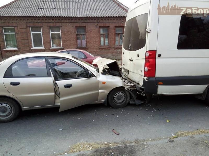 В Запорожье не поделили перекресток микроавтобус и легковушка: на место прибыли три «скорых» (ФОТО)