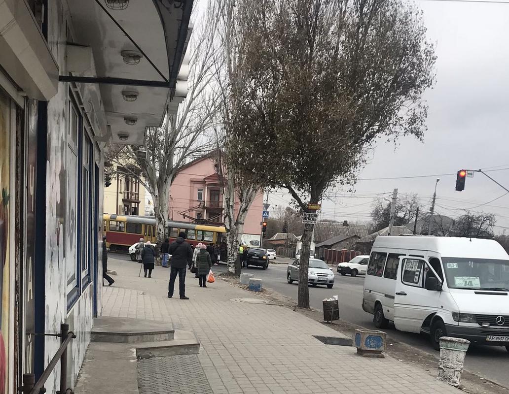 В Запорожье почти на том же месте что и вчера трамвай снова врезался в автомобиль