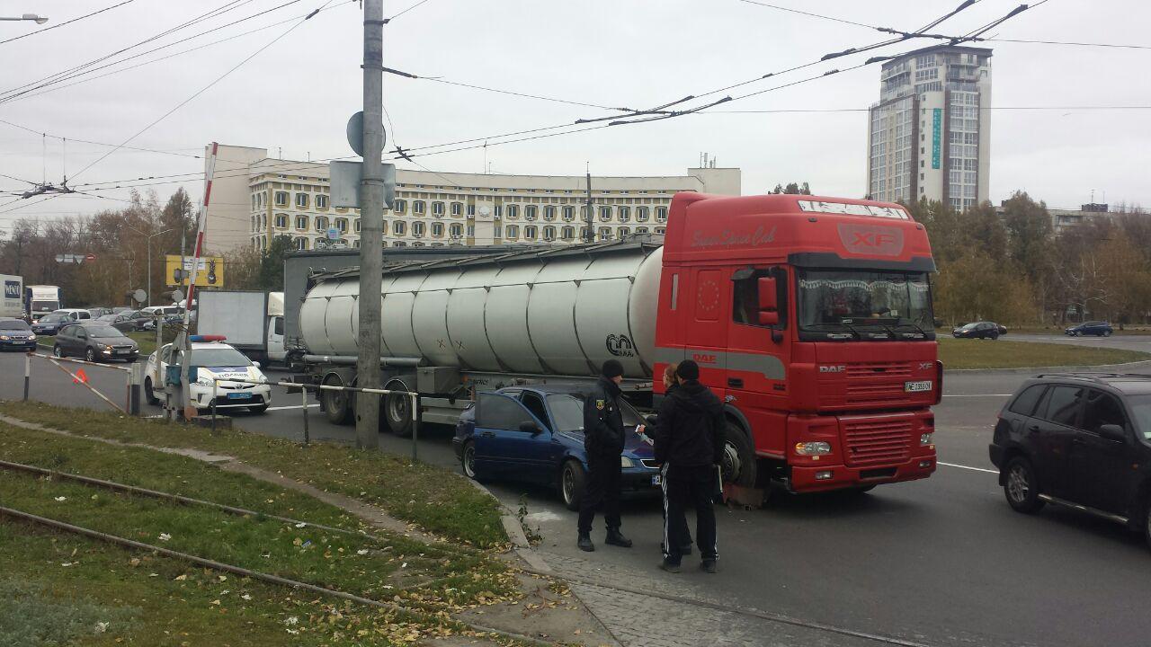 В Запорожье призошло ДТП с автоцистерной и сотрудницей полиции. Опубликовано ВИДЕО