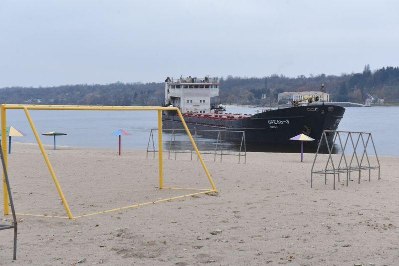 В Запорожье проведут расследование по факту посадки баржи на мель (ФОТО)