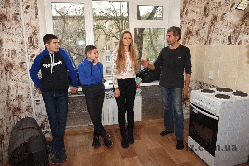 Запорожская многодетная семья с семерыми детьми обрела собственное жилье