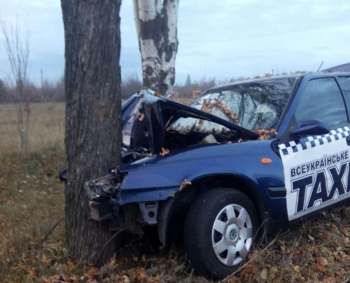В Запорожье таксист заснул за рулем после ночной смены и врезался в дерево