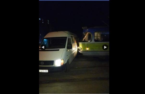 В Запорожье трамвай протаранил микроавтобус (Видео)