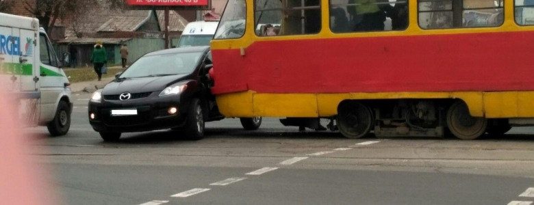 В Запорожье Mazda врезалась в трамвай, - ФОТО, ВИДЕО