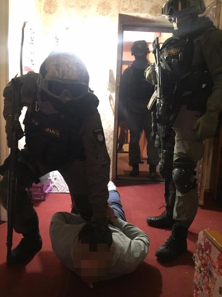 В Киеве полиция задержала мужчин, которые облили зеленкой главу комиссии судей (Фото)