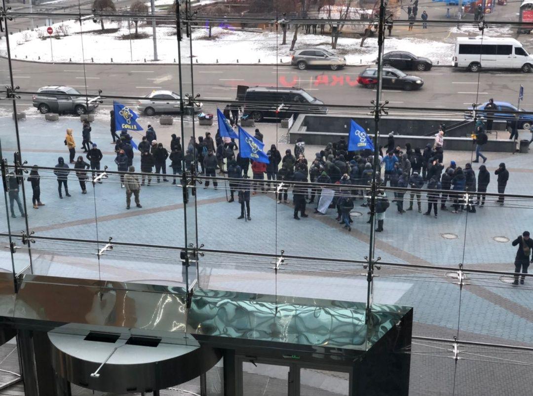 В Киеве праворадикалы устроили акцию протеста под ТЦ Ocean Plaza: принесли шины, жгут файеры (Видео)