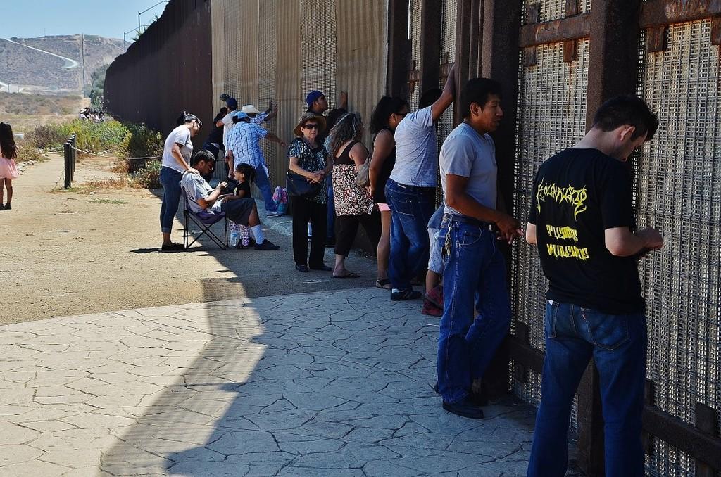 В Мексике около 500 мигрантов штурмовали границу с США (Видео)