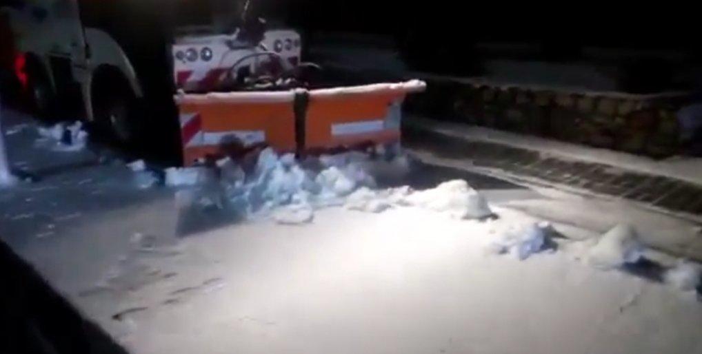 В Мелитополе выпал первый снег: город чистят 50 дворников и 12 спецтехники, - ВИДЕО