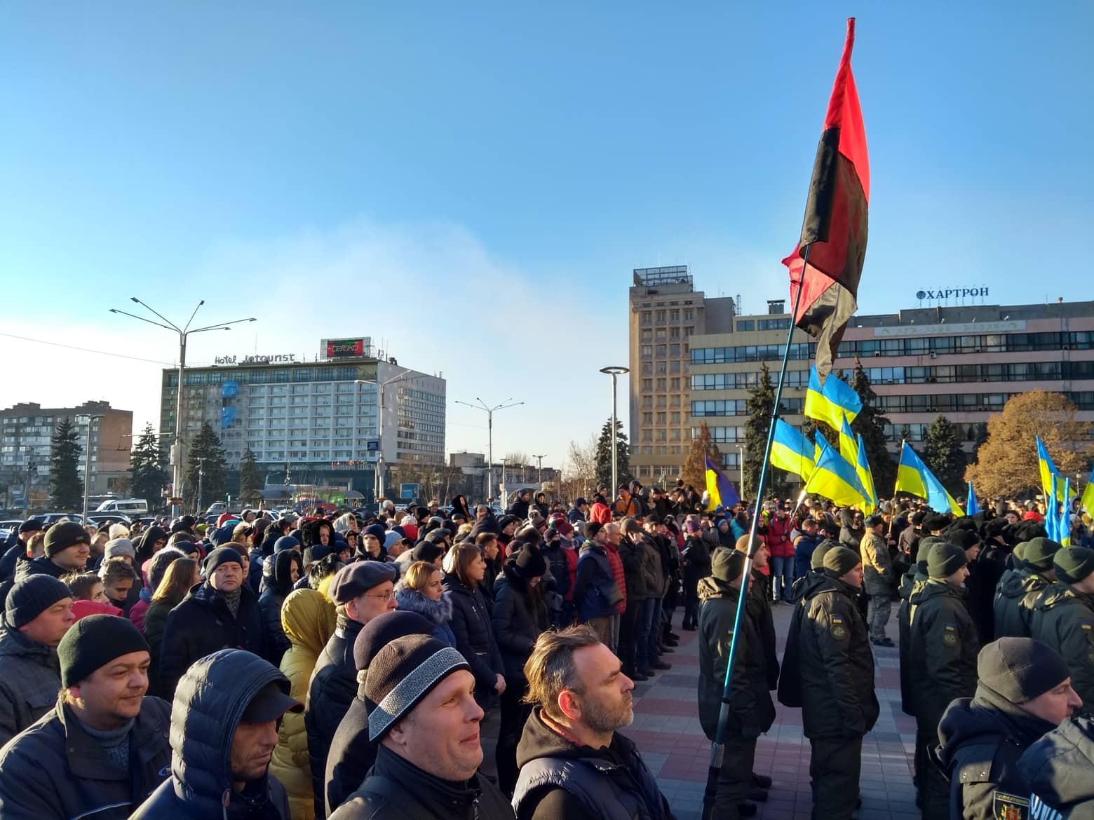 В центре Запорожья подняли флаг ВМС в поддержку военных моряков
