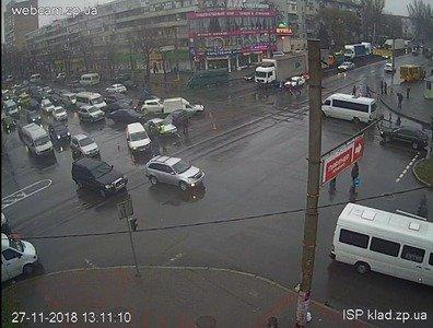 В центре Запорожья столкнулось три легковых авто — образовалась большая пробка, - ФОТО