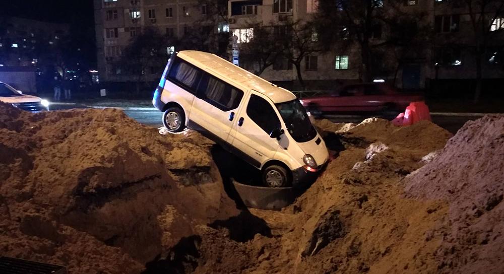 В Энеродаре микроавтобус провалился в огромную яму, вырытую коммунальщиками