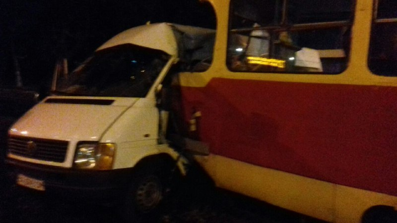 Видео момента жуткой аварии: в Запорожье трамвай смял маршрутку с пассажирами