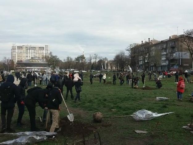 Вместо срубленных: запорожцы высадили 30 кленовых деревьев в сквере Яланского