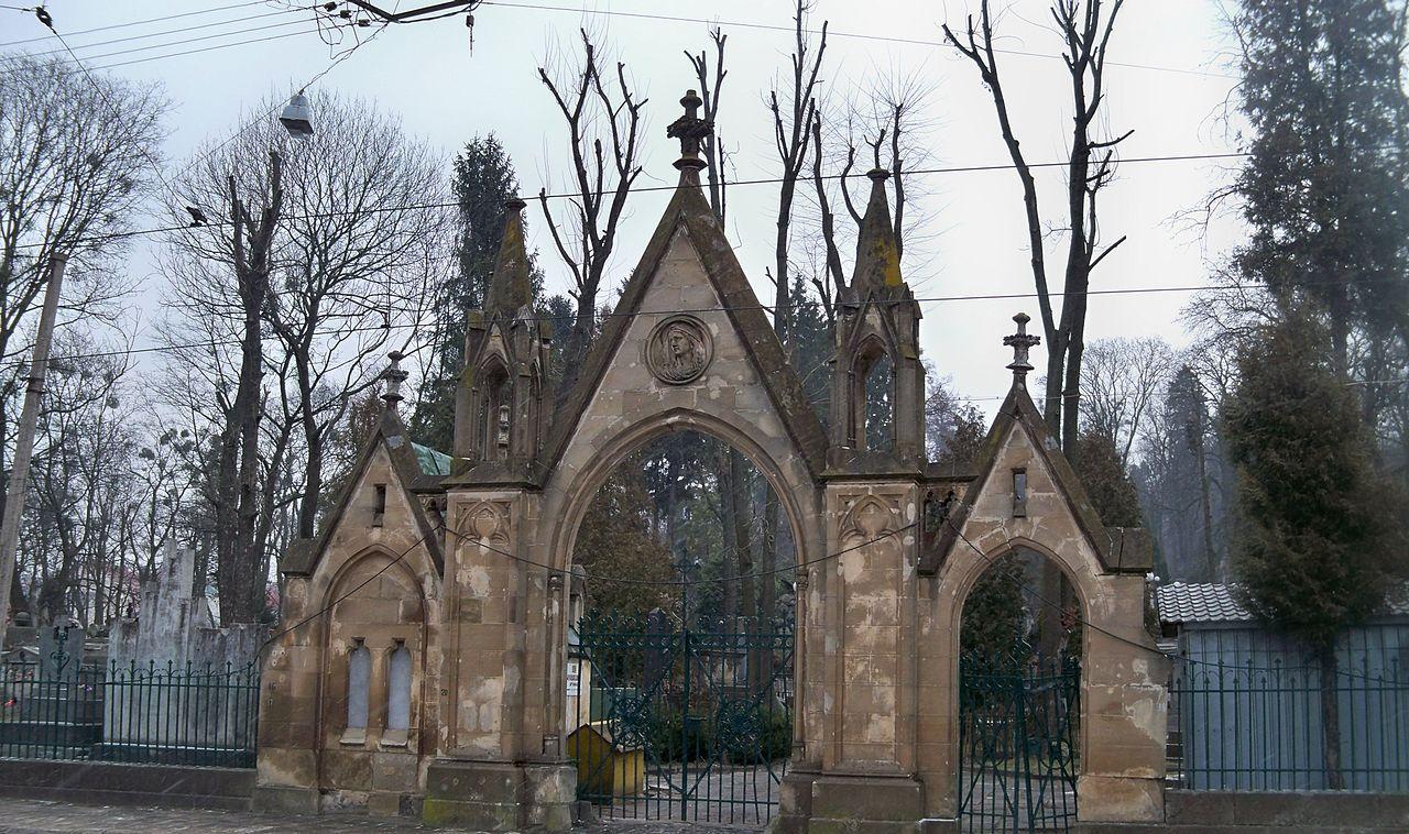 Во Львове задержали польских студентов, которые жгли файеры на Лычаковском кладбище