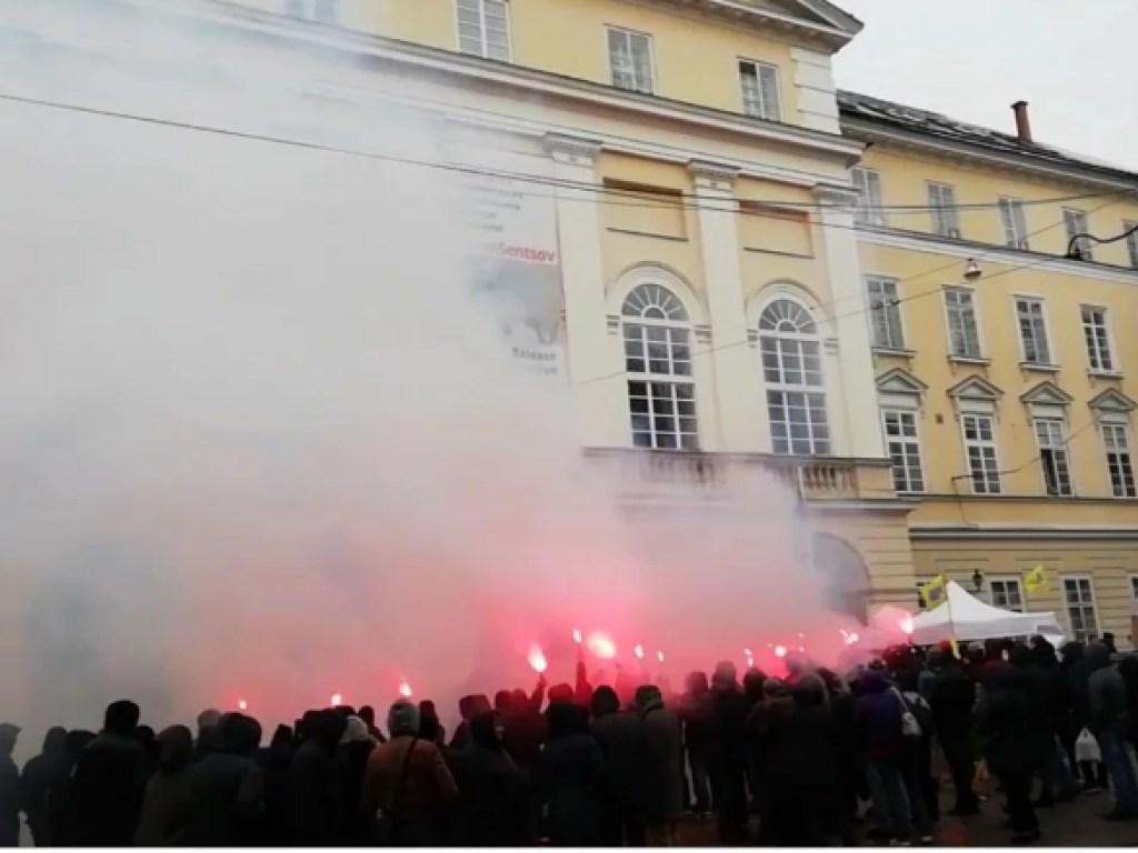 Во Львове участники АТО пикетируют здание городского совета (Видео)