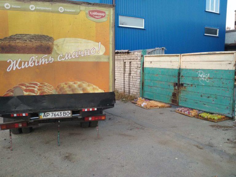 Запорожцев ввел в ступор способ доставки хлеба в местный минимаркет (ФОТО)