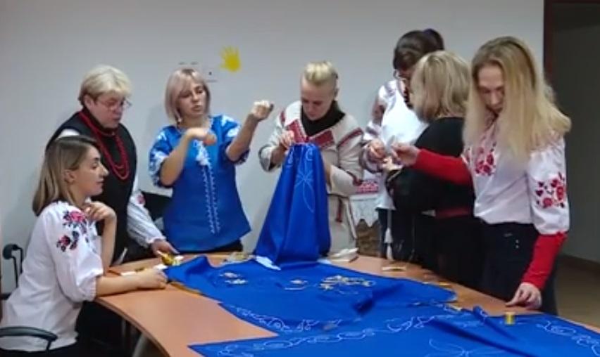 Запорізькі жінки вишивають одяг для храму