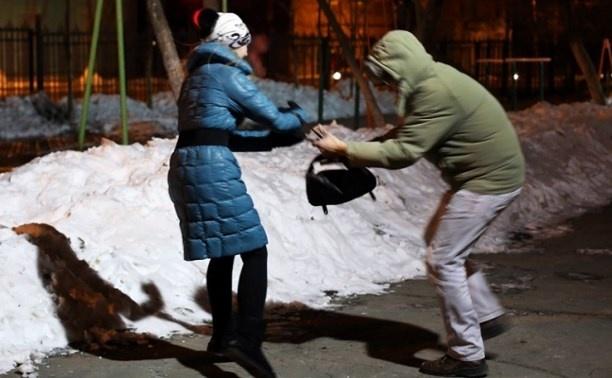 Караулил у подъезда: на девушку ночью напал мужчина