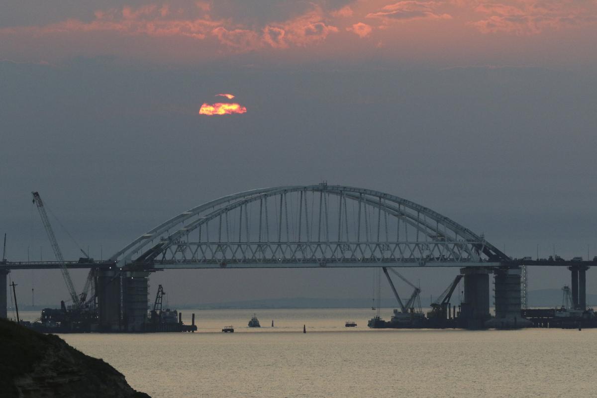 Корабли ВМС Украины не пропускают через Керченский пролив