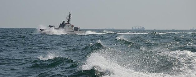 Корабль российских пограничников протаранил украинский буксир