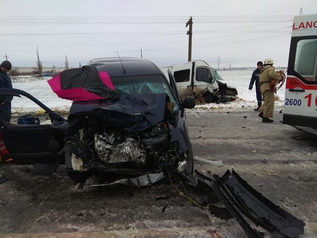 Лобовое столкновение на запорожской трассе: трое пострадавших