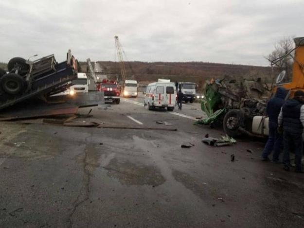 Масштабное ДТП под Запорожьем: на трассе столкнулись два грузовика