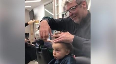Мужчины успокоили плачущего ребенка в парикмахерской: видео стало вирусным