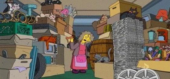На замечания бросается с кулаками: на Бородинском пенсионерка захламила квартиру до потолка