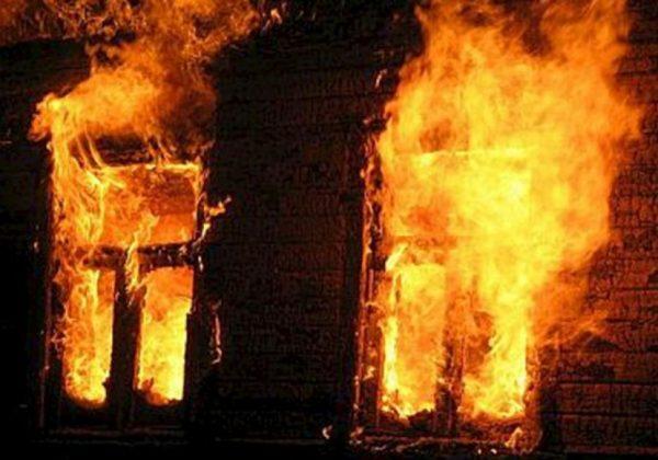 На запорожском курорте пожарные вывели мужчину из пылающего дома