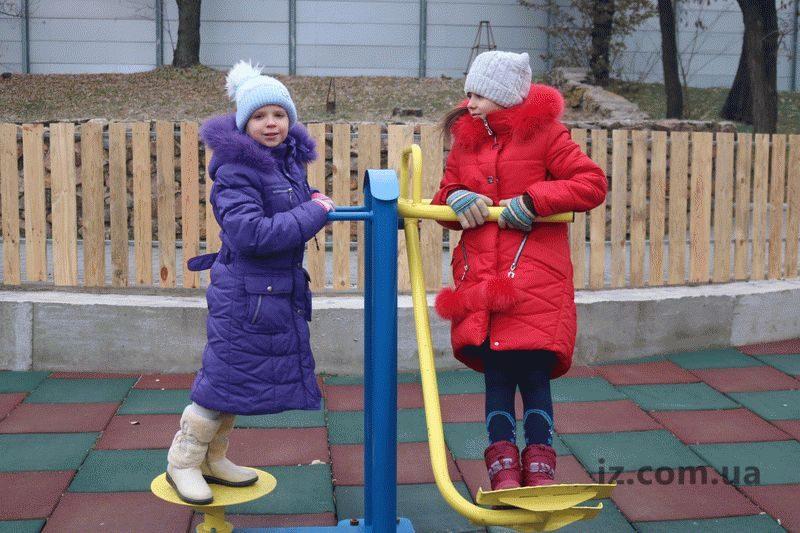 На необычной площадке в Запорожье дети падать не боятся