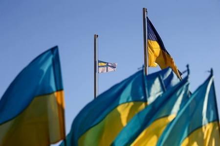 На центральной площади Запорожья подняли флаг ВМС в знак поддержки украинских моряков, - ФОТОРЕПОРТАЖ
